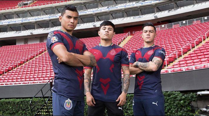 Chivas presenta nuevo uniforme y las redes lo desaprueban