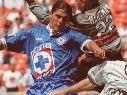 Francisco Palencia vistiendo la playera de 1997 de la Máquina