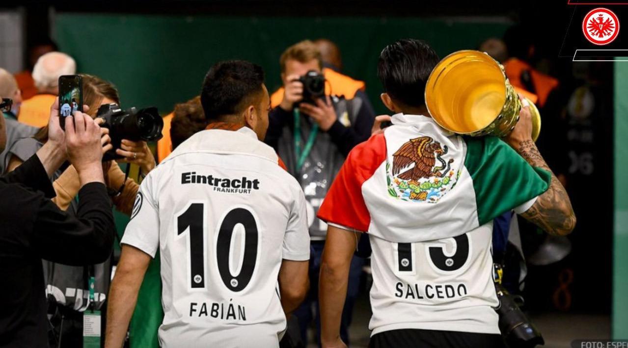 Frankfurt publicó una imagen con Marco Fabián y Carlos Salcedo tras conquistar la Copa de Alemania